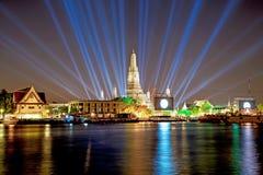 Wat Arun Temple en la noche con efectos luminosos Imagen de archivo libre de regalías