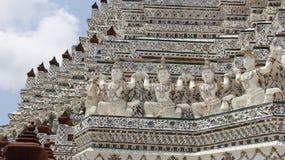 Wat Arun Temple And Giants Decoration mit glasig-glänzender Fliese Lizenzfreie Stockbilder