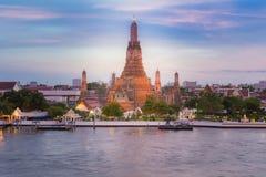 Wat Arun Temple, la maggior parte del posto famoso di viaggio lungo il fiume fotografia stock libera da diritti