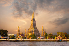 Wat Arun Temple Morning Bangkok Sunrise-Rot-Himmel Stockbild