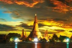 Wat Arun Temple no crepúsculo em Banguecoque Fotografia de Stock