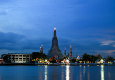 Wat Arun Temple a penombra a Bangkok, Tailandia Fotografia Stock Libera da Diritti