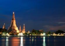 Wat Arun Temple a penombra a Bangkok, Tailandia Immagini Stock