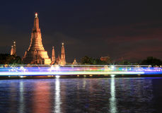 Wat Arun Temple a penombra a Bangkok, Tailandia Immagine Stock Libera da Diritti