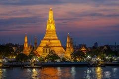 Wat Arun- templet av gryning på natten Royaltyfria Foton