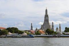 Wat Arun templet av gryningen från Chao Phraya River Royaltyfri Fotografi