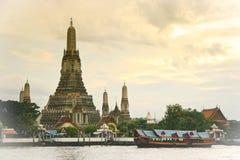 Wat Arun (templo do alvorecer) através do rio de Chao Phraya imagens de stock