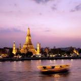 Wat Arun a través del río de Chao Phraya durante puesta del sol Fotografía de archivo libre de regalías