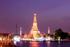 Wat Arun under solnedgång på Bangkok, Thailand Royaltyfri Bild