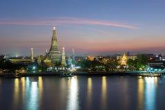 Wat Arun-waterkant bij nacht Stock Fotografie