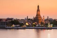 Wat Arun-waterkant na zonsondergang Stock Afbeelding