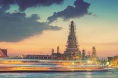 Wat Arun y luz del barco - Bangkok, Tailandia Imagenes de archivo