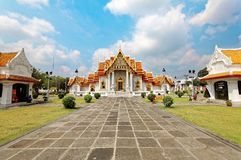 Wat Benchamabophit或大理石寺庙看法在有它明亮的装饰的金黄屋顶的曼谷市泰国, 免版税库存图片