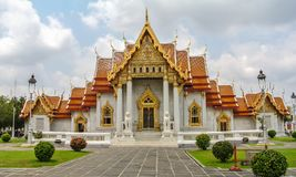 Wat Benchamabophit буддийский висок в Бангкоке Таиланде Также как мраморный висок, богато украшенный стиль высокого gabl Стоковая Фотография RF