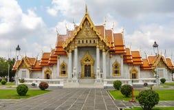 Wat Benchamabophit буддийский висок в Бангкоке Таиланде Также как мраморный висок, богато украшенный стиль высокого gabl Стоковые Изображения RF
