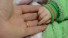 Wat betreft de Handen van de Pasgeboren Baby stock videobeelden
