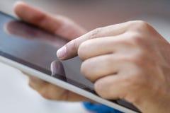 Wat betreft een digitale tablet Stock Foto