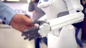 Wat betreft handen van mens en cyborg of de Verwezenlijking van cyborg stock footage