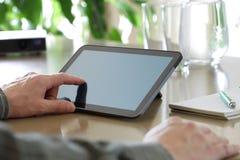 Wat betreft het scherm van een digitale tablet Stock Foto's