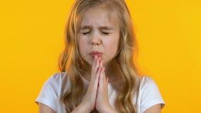 Wat betreft meisje die haar handen voor gebed vouwen en om vervulling van wens vragen stock videobeelden