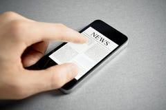 Wat betreft Nieuws op Mobiele Smartphone Royalty-vrije Stock Foto's