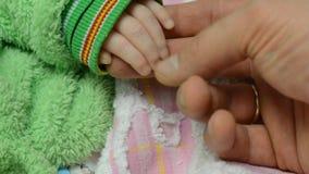 Wat betreft Pasgeboren Babyhanden, close-up stock videobeelden
