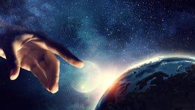 Wat betreft planeet met vinger stock afbeeldingen