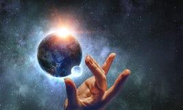 Wat betreft planeet met vinger stock fotografie