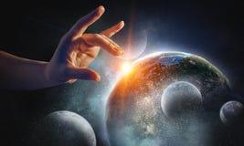 Wat betreft planeet met vinger royalty-vrije stock foto's