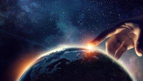 Wat betreft planeet met vinger stock afbeelding