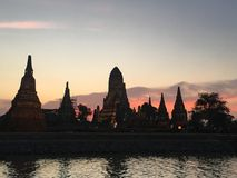 Wat Chaiwatthanaram Chao Phraya-Flussseite in Ayutthaya nachts stockfotos