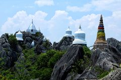 Wat Chalermprakiat寺庙的古老白色塔在南邦府,泰国 免版税图库摄影