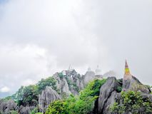Wat Chaloem Phrakiat Phrachomklao Rachanuson no hom de Chae, Lampang, Tailândia O templo budista e o pagode na montanha da rocha  Imagem de Stock