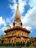 Wat Chalong - самое историческое и самое религиозное место в Пхукете, Таиланде Красивый золотой буддийский висок стоковая фотография