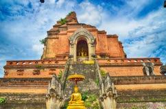 Wat Chedi Luang και άγαλμα του Βούδα Στοκ Φωτογραφία