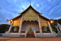 在Wat Chedi Luang,清迈里面的金寺庙 图库摄影
