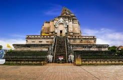 Wat Chedi Luang tempel i Chiang Mai med blå himmel Arkivbilder