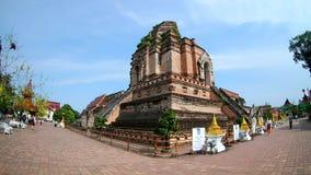 Wat Chedi Luang Temple chez Chiang Mai, Thaïlande par la lentille de fisheye banque de vidéos