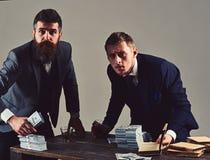 Wat daar is Het geld regelt tellend papiergeld Partners met contant geldgeld bij bureau De zakenlieden drinken stock fotografie