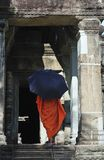 Wat de Cambodia Angkor com uma monge Fotografia de Stock