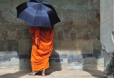 Wat de Cambodia Angkor com uma monge Fotos de Stock Royalty Free