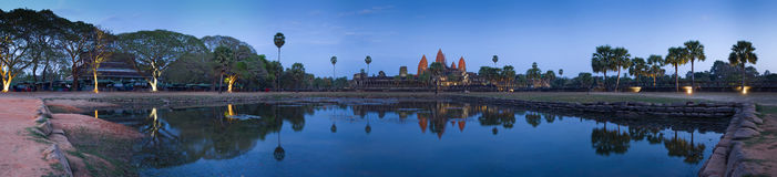 wat de coucher du soleil d'angkor Image stock