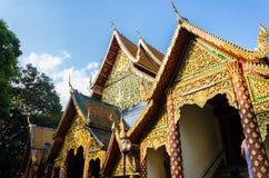 Wat Doi Suthep w niebieskiego nieba i chmury Chiang Mai Tajlandia zdjęcia stock