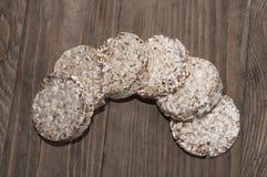 Wat droog brood op een houten achtergrond Royalty-vrije Stock Foto's