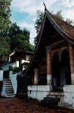 Wat-Gebäude um den buddhistischen hauptsächlichtempel und das Kloster nach dem Regen stockbild