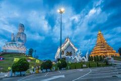 Wat Hyua Pla Kang kinesisk tempel med den kyrkliga och vita Guanyin statyn i Chiang Rai Thailand Fotografering för Bildbyråer