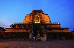 Wat Jedi Luang Temple är den genomsnittliga stora pagodtemplet den forntida templeatskymningen i Chiagmai arkivbild
