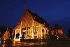 Wat Jedi Luang Temple är den genomsnittliga stora pagodtemplet den forntida templeatskymningen i Chiangmai arkivfoton