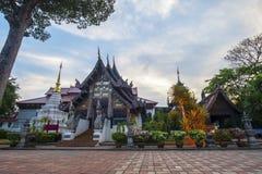 Wat Jedi Luang Temple är den genomsnittliga stora pagodtemplet den forntida templeatskymningen i Chiangmai fotografering för bildbyråer
