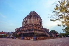 Wat Jedi Luang Temple är den genomsnittliga stora pagodtemplet den forntida templeatskymningen i Chiangmai royaltyfri bild
